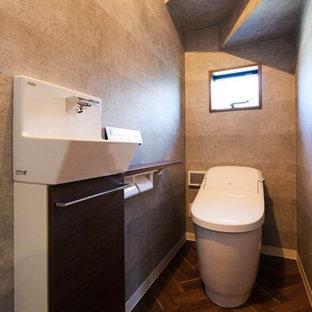Idée de décoration pour un WC et toilettes urbain avec un mur gris.