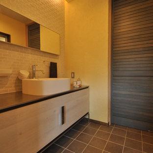 Пример оригинального дизайна: туалет в стиле рустика с белыми фасадами, белой плиткой, белыми стенами, настольной раковиной, столешницей из нержавеющей стали и серым полом
