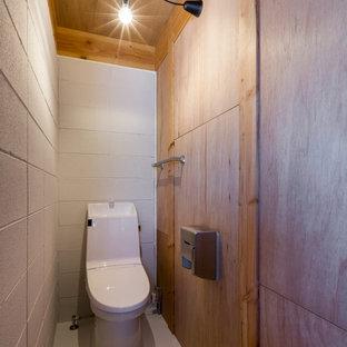 Inspiration för mellanstora industriella svart toaletter, med flerfärgade väggar, vitt golv, öppna hyllor, svarta skåp, en toalettstol med separat cisternkåpa, vit kakel, porslinskakel, vinylgolv, ett undermonterad handfat och bänkskiva i koppar