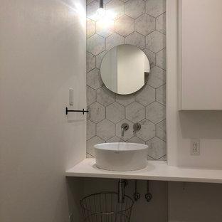 他の地域のモダンスタイルのおしゃれなトイレ・洗面所 (白い壁、ベッセル式洗面器) の写真