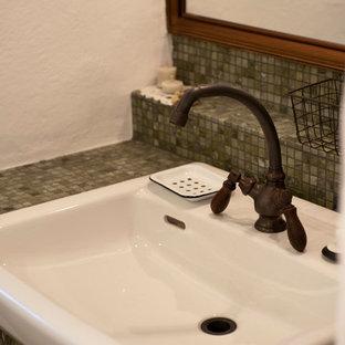Idéer för att renovera ett litet medelhavsstil blå blått toalett, med blå kakel, porslinskakel och kaklad bänkskiva