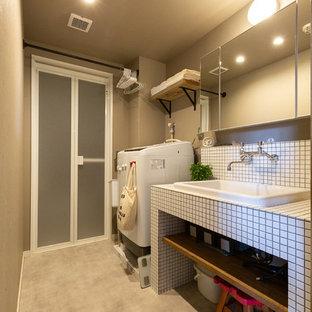 Неиссякаемый источник вдохновения для домашнего уюта: туалет в восточном стиле с открытыми фасадами, белой плиткой, плиткой мозаикой, белыми стенами, полом из винила, врезной раковиной, столешницей из плитки и белой столешницей
