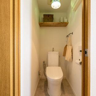 На фото: туалеты в стиле лофт с белыми стенами и полом из винила