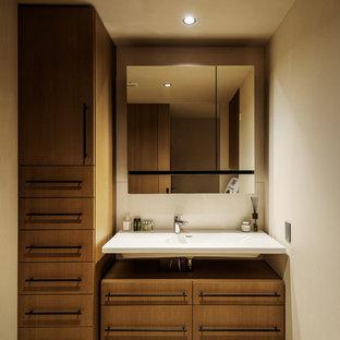 Modelo de aseo asiático con paredes beige y suelo marrón
