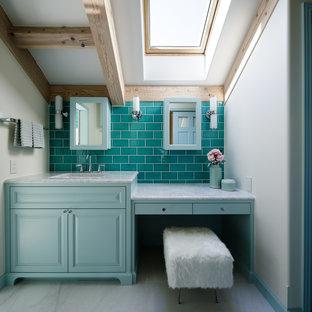Réalisation d'un WC et toilettes champêtre avec un placard avec porte à panneau encastré, des portes de placard bleues, un carrelage bleu, un mur blanc, un sol en marbre, un lavabo intégré, un sol gris et un plan de toilette gris.