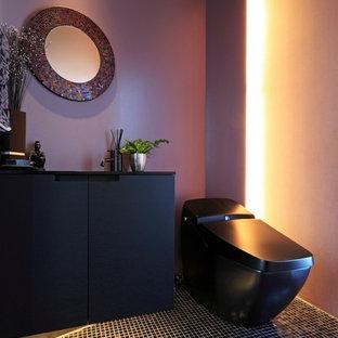 Foto di un bagno di servizio minimal con ante lisce, ante nere, pareti viola, lavabo da incasso e pavimento nero