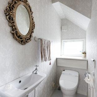 Свежая идея для дизайна: туалет в стиле шебби-шик с серыми стенами, серым полом, унитазом-моноблоком и подвесной раковиной - отличное фото интерьера