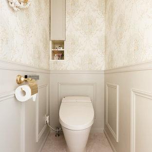 横浜のトラディショナルスタイルのトイレ・洗面所の画像 (ベージュの壁、ベージュの床)