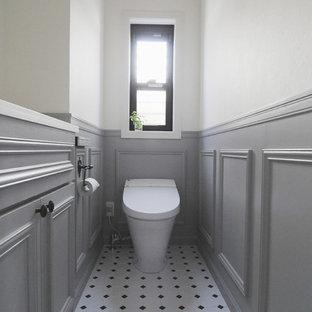 横浜のトラディショナルスタイルのおしゃれなトイレ・洗面所 (落し込みパネル扉のキャビネット、グレーのキャビネット、マルチカラーの壁、マルチカラーの床) の写真
