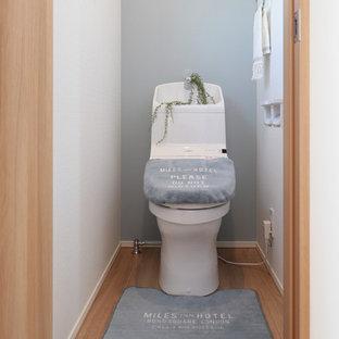 他の地域の小さいビーチスタイルのトイレ・洗面所の画像 (マルチカラーの壁、淡色無垢フローリング、ベージュの床)