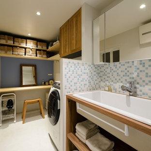 福岡の北欧スタイルのおしゃれなトイレ・洗面所 (オープンシェルフ、白い壁、木製洗面台、白い床、ブラウンの洗面カウンター、横長型シンク) の写真