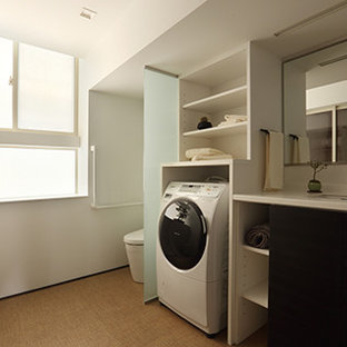 Ejemplo de aseo asiático, pequeño, con armarios tipo mueble, puertas de armario marrones, baldosas y/o azulejos blancos, baldosas y/o azulejos de porcelana, encimera de laminado y encimeras negras