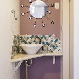 東京23区の小さいコンテンポラリースタイルのおしゃれなトイレ・洗面所 (紫の壁、ベッセル式洗面器、ベージュの床) の写真