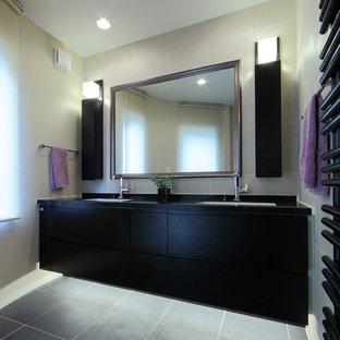 横浜のコンテンポラリースタイルのトイレ・洗面所の画像 (フラットパネル扉のキャビネット、黒いキャビネット、ベージュの壁、グレーの床)