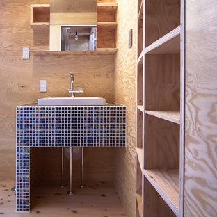 Idee per un piccolo bagno di servizio etnico con nessun'anta, ante in legno chiaro, piastrelle blu, parquet chiaro e lavabo da incasso