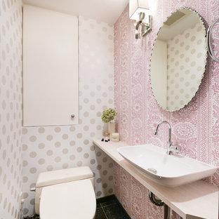 名古屋のエクレクティックスタイルのおしゃれなトイレ・洗面所 (マルチカラーの壁、ベッセル式洗面器、木製洗面台、黒い床、ベージュのカウンター) の写真
