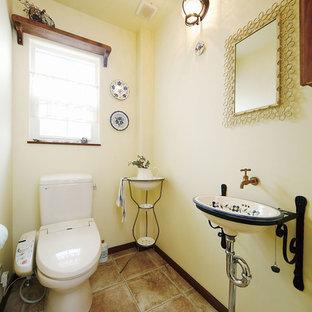 東京23区の地中海スタイルのおしゃれなトイレ・洗面所 (白い壁、テラコッタタイルの床、茶色い床) の写真