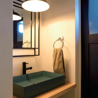Неиссякаемый источник вдохновения для домашнего уюта: туалет в стиле модернизм с фасадами островного типа, светлыми деревянными фасадами, белыми стенами, светлым паркетным полом, столешницей из дерева, зеленой столешницей, встроенной тумбой, потолком с обоями и обоями на стенах