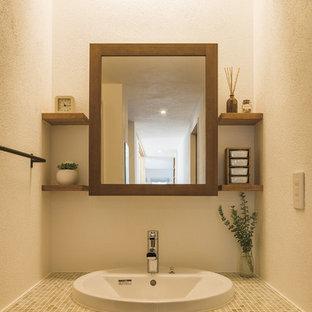 Неиссякаемый источник вдохновения для домашнего уюта: туалет в скандинавском стиле с фасадами с декоративным кантом, темными деревянными фасадами, белыми стенами, паркетным полом среднего тона, настольной раковиной, столешницей из плитки, коричневым полом и зеленой столешницей