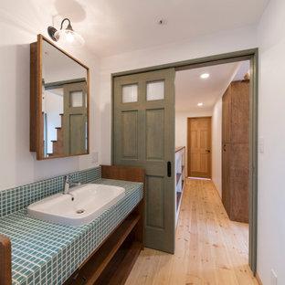 Ispirazione per un bagno di servizio country con nessun'anta, ante in legno bruno, pareti bianche, parquet chiaro, top piastrellato, pavimento beige e top blu