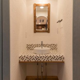 Esempio di un bagno di servizio country con nessun'anta, ante in legno bruno, pareti bianche, parquet chiaro, lavabo a bacinella, top piastrellato, pavimento beige e top multicolore