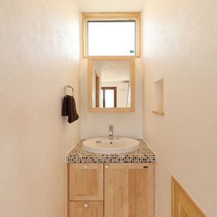 他の地域の地中海スタイルのおしゃれなトイレ・洗面所 (白い壁、無垢フローリング、タイルの洗面台、茶色い床、ブラウンの洗面カウンター) の写真