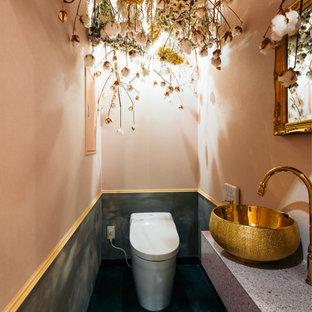 他の地域の中くらいのコンテンポラリースタイルのおしゃれなトイレ・洗面所 (壁掛け式トイレ、マルチカラーの壁、ベッセル式洗面器、御影石の洗面台、緑の床、グレーの洗面カウンター、フローティング洗面台) の写真