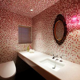 Стильный дизайн: туалет в современном стиле с плиткой мозаикой, розовой плиткой, красными стенами, врезной раковиной и инсталляцией - последний тренд