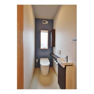 Источник вдохновения для домашнего уюта: туалет в стиле модернизм с стеклянными фасадами, серыми фасадами, зеленой плиткой, плиткой мозаикой, разноцветными стенами, полом из винила, монолитной раковиной, мраморной столешницей, бежевым полом, серой столешницей, встроенной тумбой, потолком с обоями и обоями на стенах