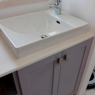 Свежая идея для дизайна: маленький туалет в стиле современная классика с фасадами в стиле шейкер, белыми стенами, полом из керамической плитки, настольной раковиной и фиолетовыми фасадами - отличное фото интерьера