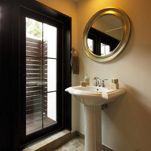 他の地域のシャビーシック調のおしゃれなトイレ・洗面所 (白い壁、コンソール型シンク、茶色い床) の写真