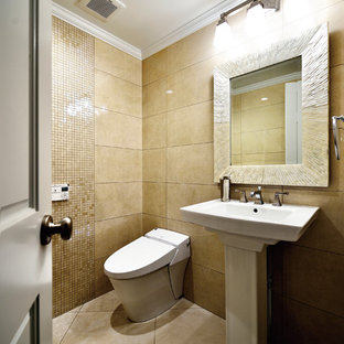 他の地域のヴィクトリアン調のおしゃれなトイレ・洗面所 (ベージュの壁、ペデスタルシンク、ベージュの床、一体型トイレ、ベージュのタイル、磁器タイル、磁器タイルの床) の写真