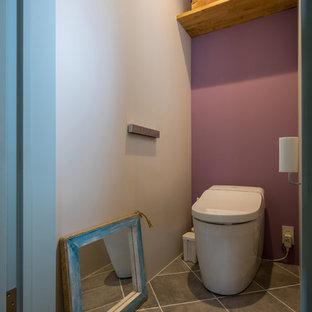 Foto di un bagno di servizio design con pareti viola, pavimento in terracotta e pavimento grigio