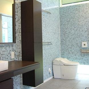 Imagen de aseo retro con baldosas y/o azulejos azules, baldosas y/o azulejos en mosaico y suelo de baldosas de porcelana