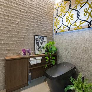 他の地域のコンテンポラリースタイルのおしゃれなトイレ・洗面所 (グレーの壁、グレーの床、壁掛け式トイレ、グレーのタイル) の写真