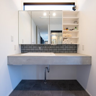 他の地域の中くらいのミッドセンチュリースタイルのおしゃれなトイレ・洗面所 (オープンシェルフ、白いキャビネット、グレーのタイル、スレートの床、コンクリートの洗面台、グレーの床、グレーの洗面カウンター、白い壁、ベッセル式洗面器) の写真