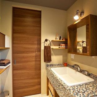 Идея дизайна: туалет в современном стиле с открытыми фасадами, фасадами цвета дерева среднего тона, коричневыми стенами, накладной раковиной, столешницей из плитки и белым полом