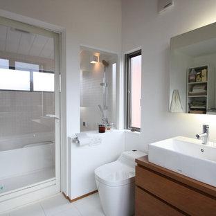 横浜のコンテンポラリースタイルのトイレ・洗面所の画像 (白いタイル、白い壁、オーバーカウンターシンク、白い床、ブラウンの洗面カウンター)