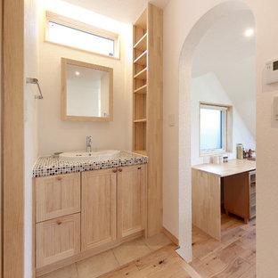 他の地域のモダンスタイルのおしゃれなトイレ・洗面所 (淡色木目調キャビネット、白い壁、タイルの洗面台、茶色い床、ブラウンの洗面カウンター) の写真