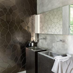 東京23区のモダンスタイルのおしゃれなトイレ・洗面所 (黒い壁、一体型シンク、グレーの床) の写真