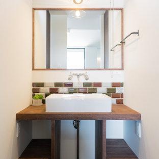 他の地域の小さいアジアンスタイルのおしゃれなトイレ・洗面所 (オープンシェルフ、白い壁、濃色無垢フローリング、木製洗面台、茶色い床、ブラウンの洗面カウンター) の写真