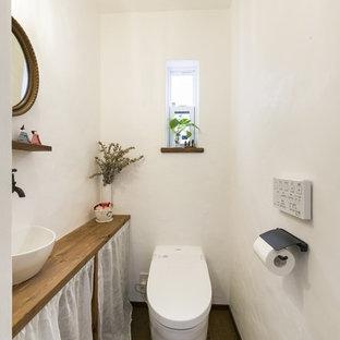 福岡のカントリー風おしゃれなトイレ・洗面所 (オープンシェルフ、白い壁、無垢フローリング、ベッセル式洗面器、木製洗面台、茶色い床、ブラウンの洗面カウンター) の写真