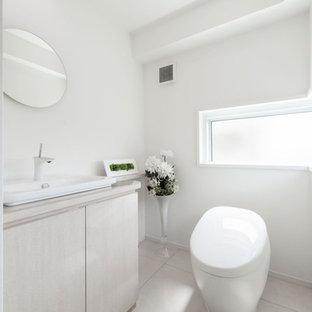 東京23区のモダンスタイルのおしゃれなトイレ・洗面所 (フラットパネル扉のキャビネット、白いキャビネット、白い壁、ベッセル式洗面器、白い床) の写真
