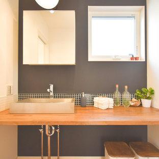 На фото: со средним бюджетом туалеты среднего размера в стиле модернизм с открытыми фасадами, коричневыми фасадами, черной плиткой, цементной плиткой, черными стенами, темным паркетным полом, настольной раковиной и столешницей из дерева