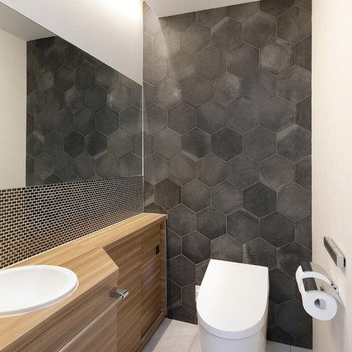 туалеты с черной плиткой и полом из керамогранита фото 100