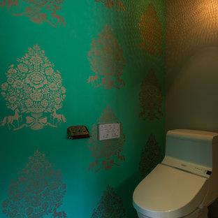 他の地域のコンテンポラリースタイルのおしゃれなトイレ・洗面所 (緑の壁、茶色い床) の写真