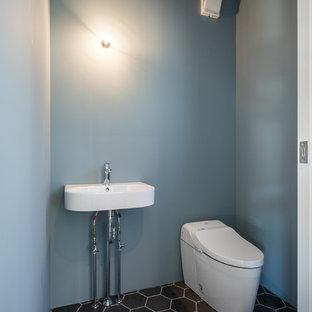 他の地域のコンテンポラリースタイルのおしゃれなトイレ・洗面所 (青い壁、黒い床) の写真
