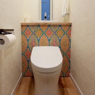 東京23区の広いカントリー風おしゃれなトイレ・洗面所 (フラットパネル扉のキャビネット、分離型トイレ、白い壁、淡色無垢フローリング) の写真