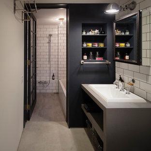 Industrial Gästetoilette mit offenen Schränken, grauen Schränken, weißer Wandfarbe, Betonboden, Einbauwaschbecken, Beton-Waschbecken/Waschtisch und grauem Boden in Tokio