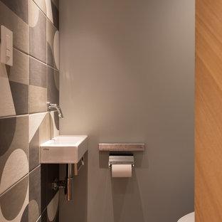 Ispirazione per un bagno di servizio etnico con pistrelle in bianco e nero, piastrelle in ceramica, pareti grigie, lavabo sospeso e pavimento grigio